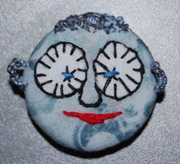 Ørene er lavet på samme måde som knappens øje på bagsiden