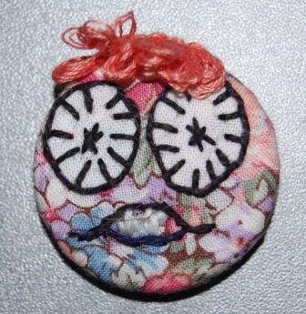 Ansigtet er syet på blomstret stof.