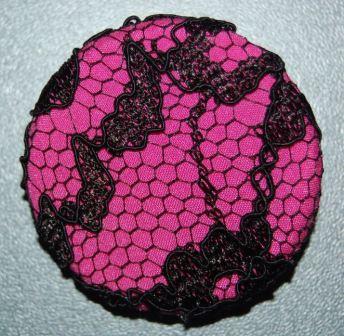 Pink stof med elastisk sort blonde.