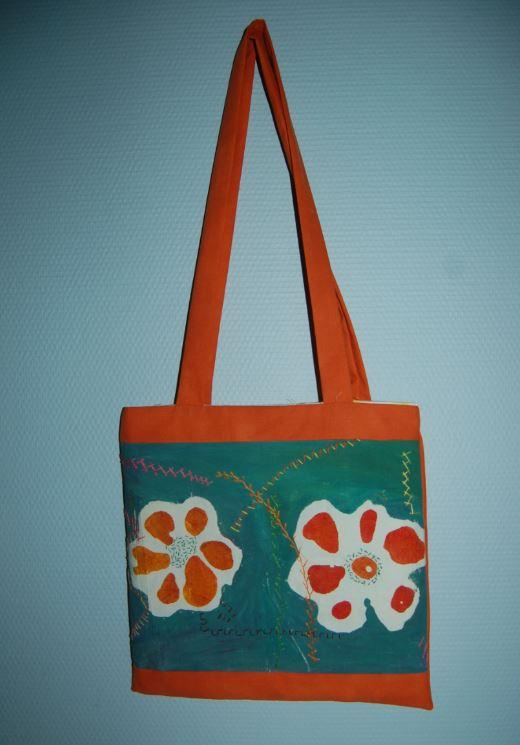 Sentike har malet og broderet denne taske