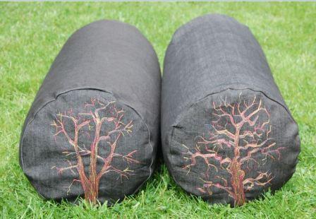 Runde puder med maskinbroderet træer