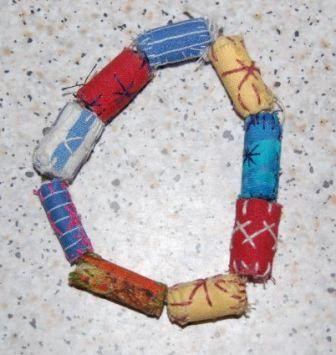 Armbånd af textile perler