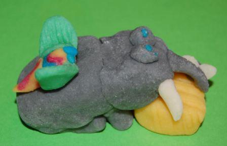 Elefant med halm og flue