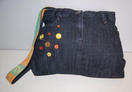 Nederdel med pynteknapper
