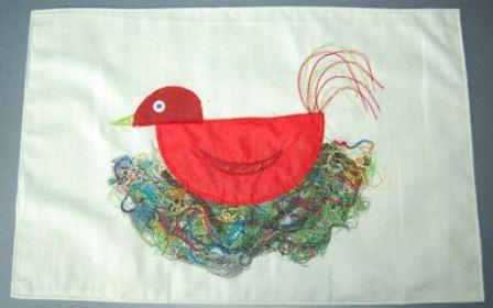 Fugl i rede på dækkeserviet