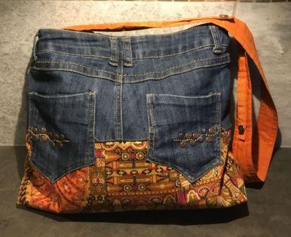 Taske af bukser. Lommerne er syet ned over stoffet.
